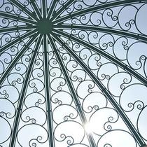 太陽に煌くチャペルの天窓。