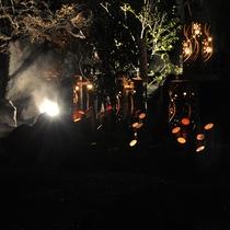 ホテルの通りを挟んで向かいに位置する、しらさぎの足湯と竹灯篭の灯り。
