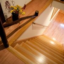 ■客室フロアへ■手すりのついた階段を上ります。