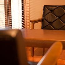 ■和洋室■葵 広縁のイスに腰掛けてのんびり過ごす。