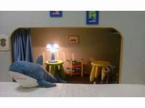 お母さんのベットサイドには、小さな子供部屋があります。