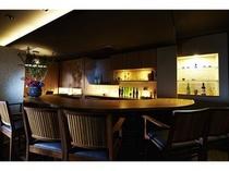 1階のバーにて京の地酒をお楽しみいただけます(営業時間:20:00〜23:00)