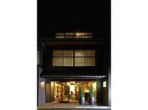 一日の終りは京都・洛中の別邸にてごゆっくりと。