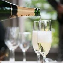 私たちの記念日。シャンパンで乾杯を。