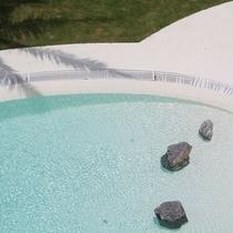 ふっと心落ち着く、プールの水面。