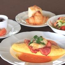 【シェフこだわりの朝食】プレーンオムレツ&ベーコン ラタトゥイユソース