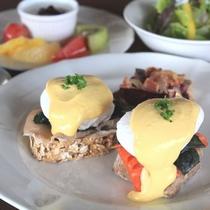 【シェフこだわりの朝食】生ハムとサーモンのエッグベネディクト オキナワスタイル