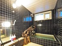 【浴室】共同の浴室。一日の疲れを癒すお風呂でごゆっくりどうぞ♪