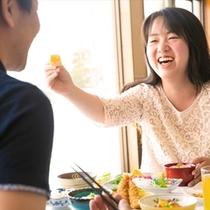 優しい光に包まれたレストランでの朝食を~美味しい料理に自然と笑顔もこぼれる♪