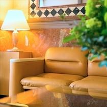 明るく清潔感のあるホテルロビー