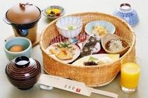 籠に盛られた地元食材等の朝食