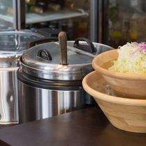 【ランチ】おかわり自由のキャベツ・ご飯・お味噌汁