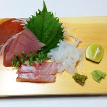 <夕食一例>橘湾で獲れた新鮮な魚の活き造り。