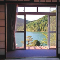<和室>湖を眺めながらごゆっくりお寛ぎください