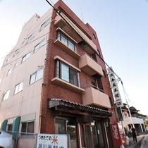 *【外観】新長崎漁港のすぐ近くにある旅館です