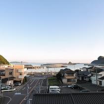 *【窓からの景色】遠くに海の見えるお部屋もございます