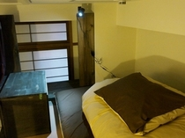 【ドミトリーの上段ベッド】ベッド内にはロッカー機能付きのテーブルがあります。