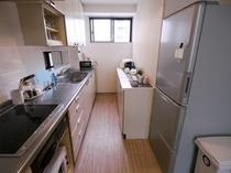 【家庭的なキッチン】 自炊のできるキッチンでは調理家電、調理道具など一式取揃えております。