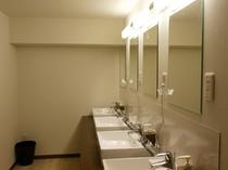 【共用の洗面所】 ヘアードライヤーがございます。