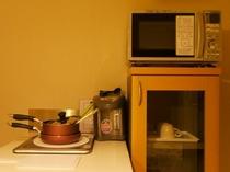 【キッチン付きのお部屋】 電子レンジ、トースター、電気ポット、カップ類など取揃えております。