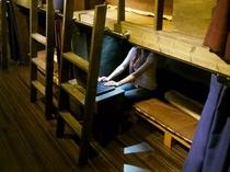 【ドミトリーのベッド】 ベッド内にはロッカー機能付きのテーブルがあります。