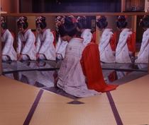 フロント前の8面鏡と舞妓