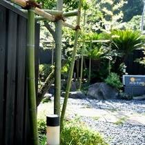 竹林から続く黒塀