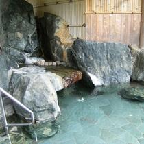 大自然の中でゆったりと温泉に浸かり四季折々の景色を楽しめる露天風呂が好評です♪