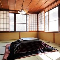 ゆったり畳でお寛ぎ頂ける和室10畳。冬季は嬉しい炬燵をご用意♪