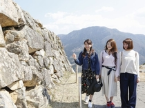 竹田城からは、360度視界が開けます。400年前にどうやってこんな大きな岩を運んだのでしょうか?