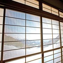 *【本館:和室10畳(201号室)】障子に描かれた「三川・温泉スキー場」は車で6-7分と好アクセス!
