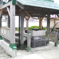 *【鶴癒の足湯】薬師神社の前にある無料の足湯。かけ流しの湯に足を預けて癒しの時間を。