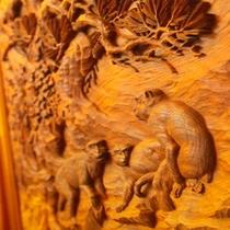 館内の猿の木彫り