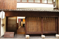 建物の正面と玄関