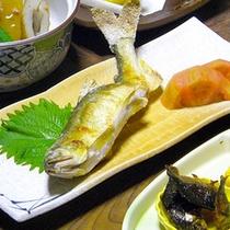 *夕食一例/川魚の塩焼きに舌鼓