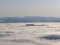 中島の上だけを残して雲海に沈んだ屈斜路湖を美幌峠から見る。