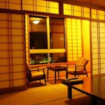 川側和室10畳-夜の雰囲気をたっぷり楽しめる