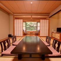 *和室10畳(客室一例)/大きな窓からは当館の庭を一望。安らぎを覚える特別な休日をお過ごし下さい。