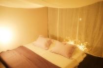 麻の天蓋に包まれるようにして眠る寝室