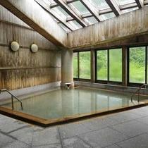 *【大浴場】雄大な飯豊連峰を見上げ、お湯に浸る