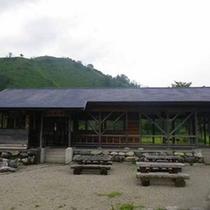 *【BBQ施設】対岸には屋根付きのバーベキュー施設がございます。