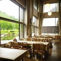 *【食堂】明るい日差しが差し込みむお食事処