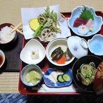 *【精進料理一例】山菜の天ぷらやお豆腐など、身体に優しいお献立が並びます。