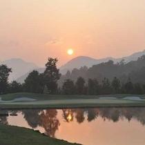 *夕暮れ時のゴルフコース。山に沈む夕日の眺めは最高です。