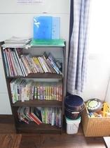 本棚とおもちゃ