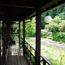 テラスから芹川を眺める