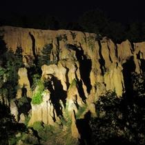 ライトアップされた夜の土柱は神秘的