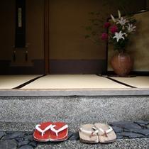 【玄関】京都らしい木造の旅館。綺麗に使い込まれていて坪庭もあって、ホットする空間です。