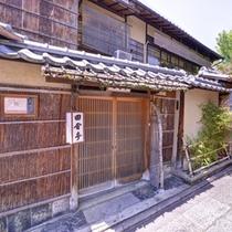 ≪外観≫東山の祇園(ねねの道至近)にあり、観光名所にも食事にも最適な場所にございます。