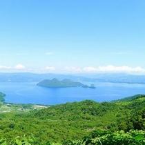【夏】緑の森と青い湖のコントラストが美しい、夏の洞爺湖。